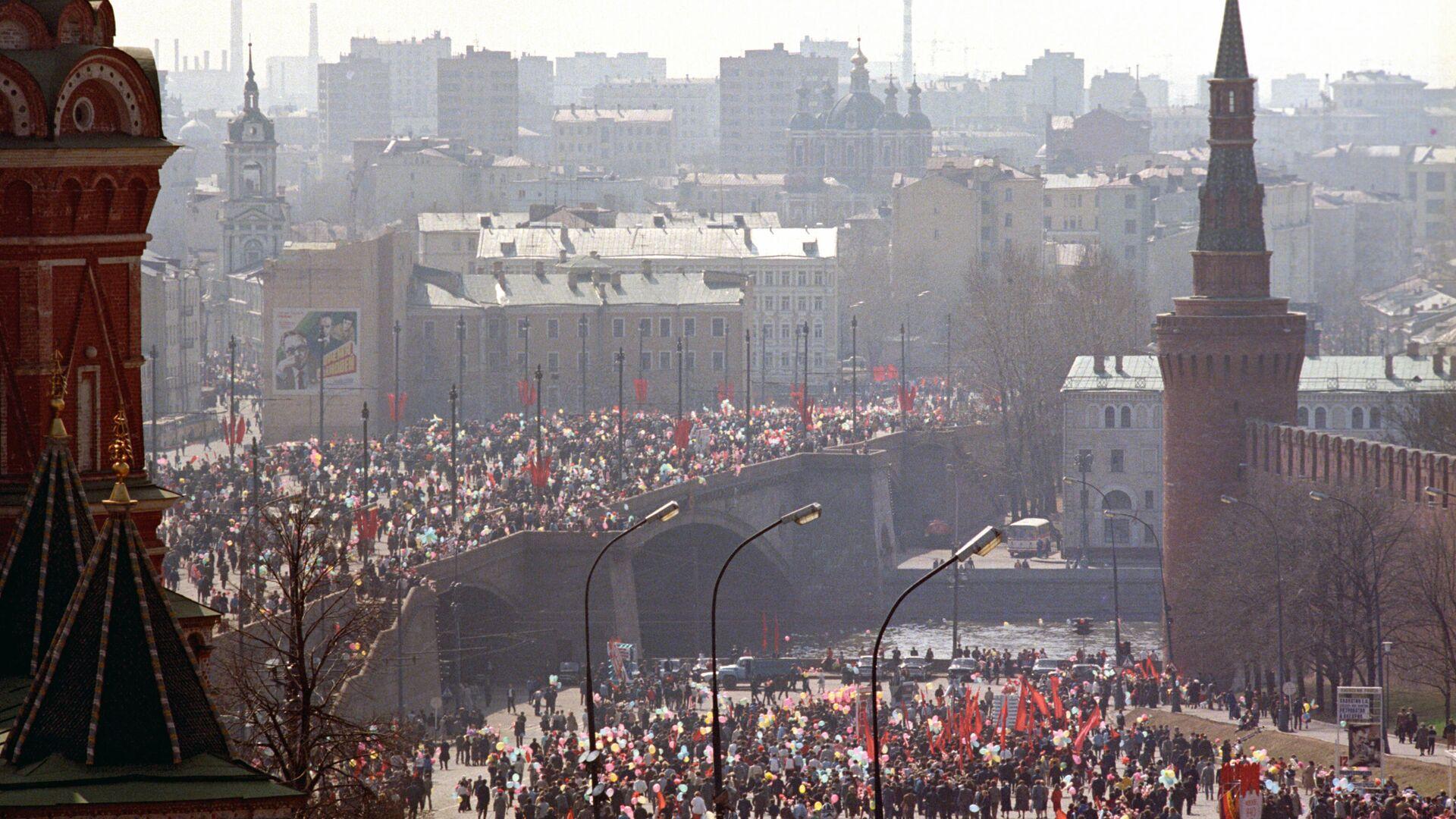 Участники демонстрации в центре города в День международной солидарности трудящихся (1 мая 1987 года) - РИА Новости, 1920, 17.07.2021