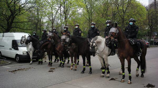 Конная полиция во время акции в Гамбурге против мер по борьбе с коронавирусом в Германии