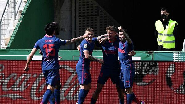 Игроки мадридского Атлетико празднуют гол в ворота Эльче