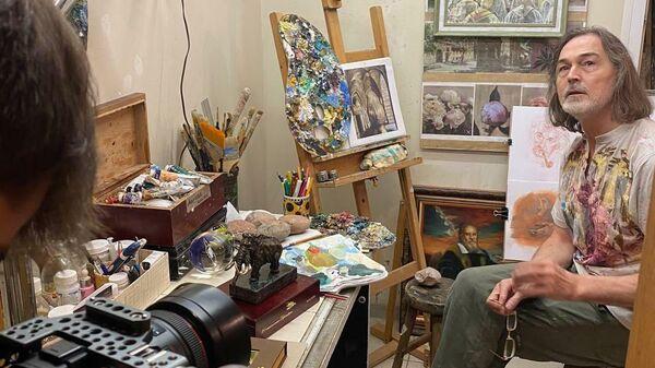 Российский художник Никас Сафронов расписал к Пасхе в своем авторском стиле пять окаменелых яиц динозавра