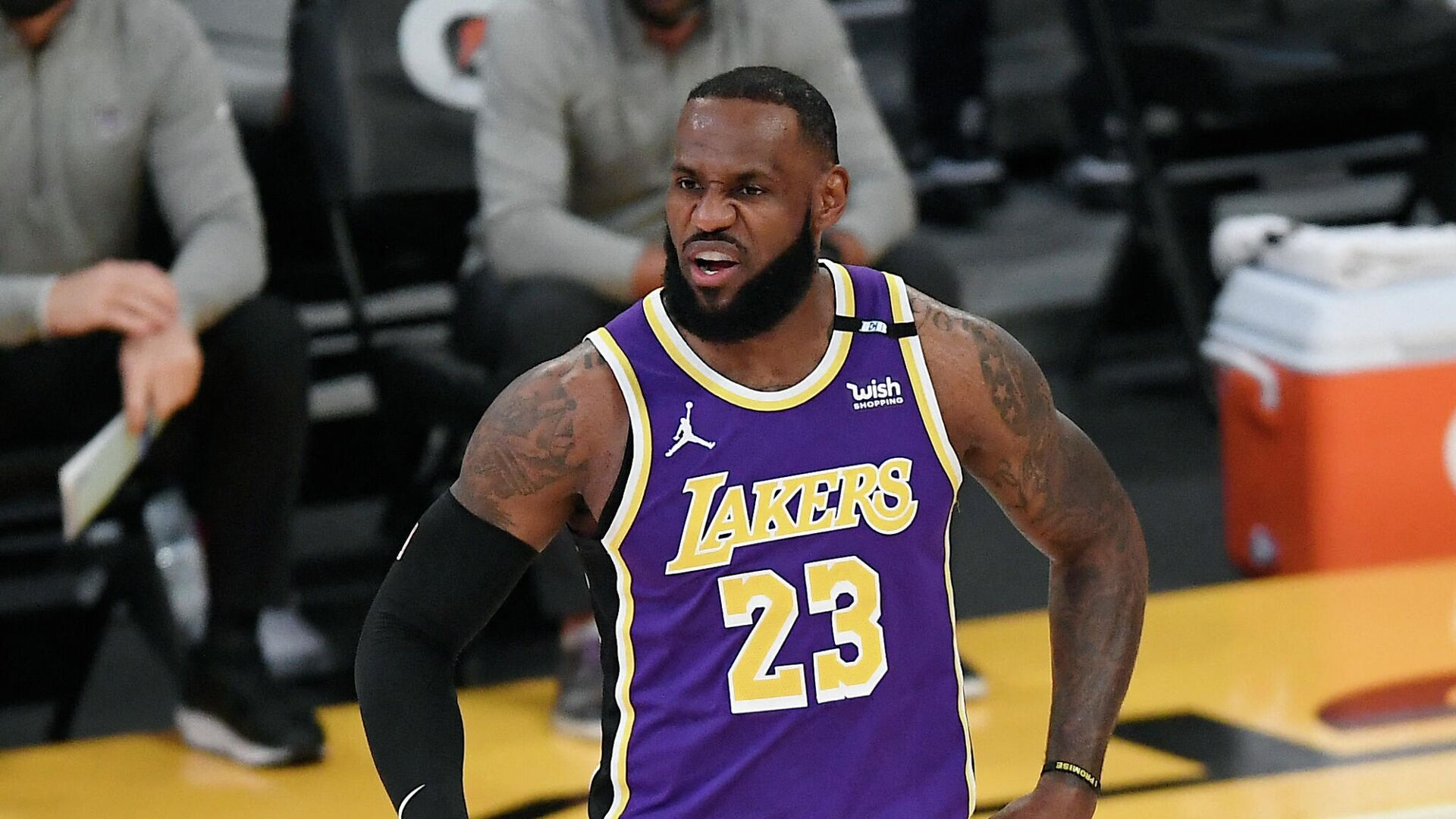 LOS ANGELES, CA - APRIL 30: LeBron James #23 of the Los Angeles Lakers reacts during the first half against the Sacramento Kings at Staples Center on April 30, 2021 in Los Angeles, California. NOTE TO USER: User expressly acknowledges and agrees that, by downloading and or using this photograph, User is consenting to the terms and conditions of the Getty Images License Agreement.   Kevork Djansezian/Getty Images/AFP (Photo by KEVORK DJANSEZIAN / GETTY IMAGES NORTH AMERICA / Getty Images via AFP) - РИА Новости, 1920, 03.05.2021