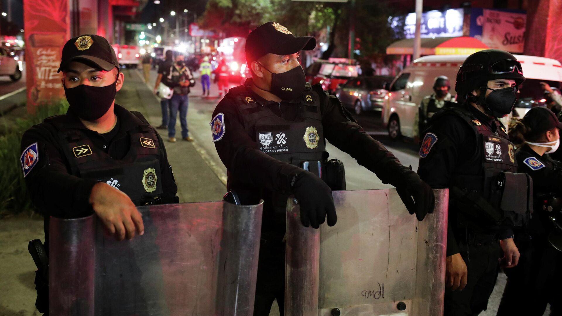 Полиция на месте крушения метромоста в Мехико - РИА Новости, 1920, 04.05.2021