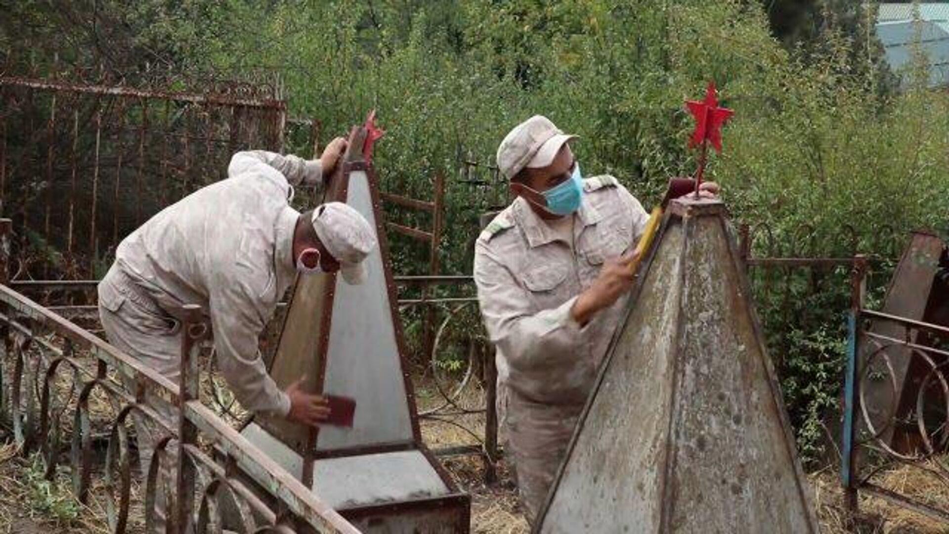 Ко Дню Победы: военные восстановили могилы ветеранов ВОВ в Душанбе - РИА Новости, 1920, 04.05.2021