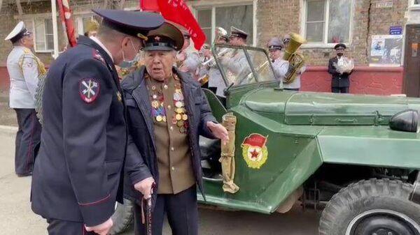 Праздничный автопробег: в Красноярске поздравили ветеранов с Днем Победы