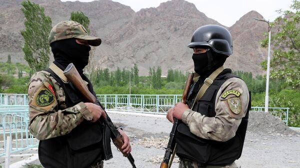 Военнослужащие вооруженных сил Киргизии охраняют Водозабор Головной в приграничном с Таджикистаном селе Кок-Таш
