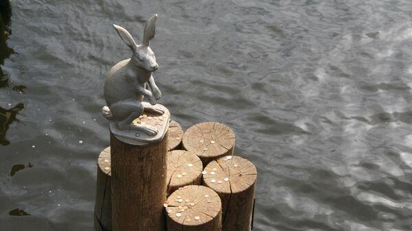 Скульптура зайца у Иоанновского моста в Санкт-Петербурге