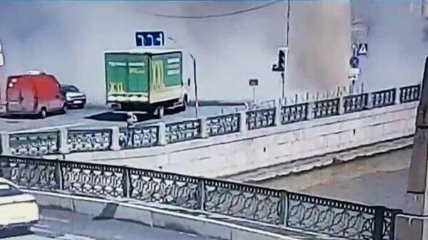 Столб кипятка бьет вверх на Большой Морской улице в Петербурге