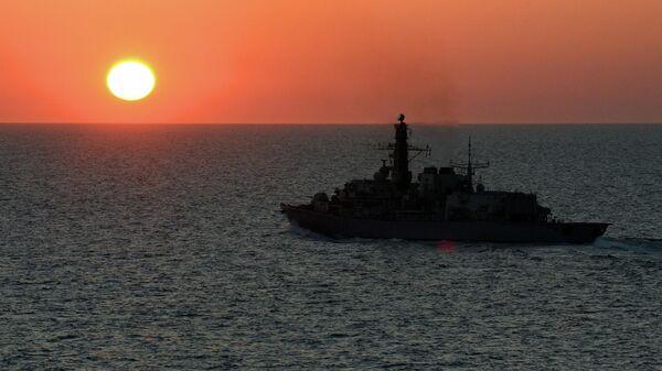 Фрегат Королевского флота Великобритании Iron Duke возле острова Джерси