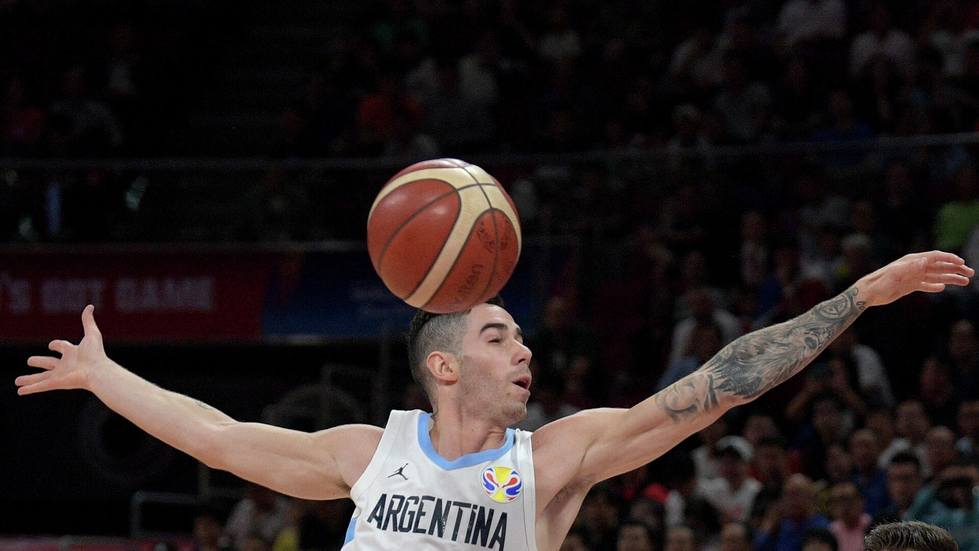Argentina's Luca Vildoza goes for the ball during the Basketball World Cup semi-final game between Argentina and France in Beijing on September 13, 2019. (Photo by NOEL CELIS / AFP) - РИА Новости, 1920, 07.05.2021