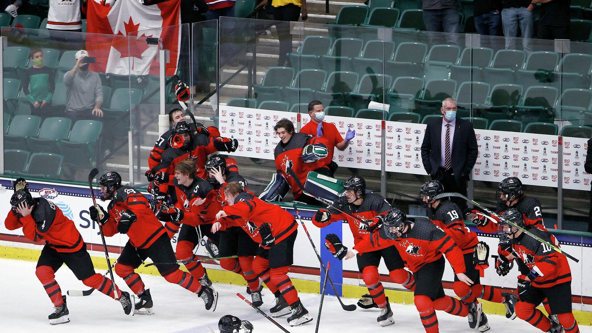 Хоккеисты юниорской сборной Канады празднуют победу на чемпионате мира - РИА Новости, 1920, 07.05.2021