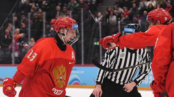 Слева: Матвей Мичков (Россия) радуется заброшенной шайбе