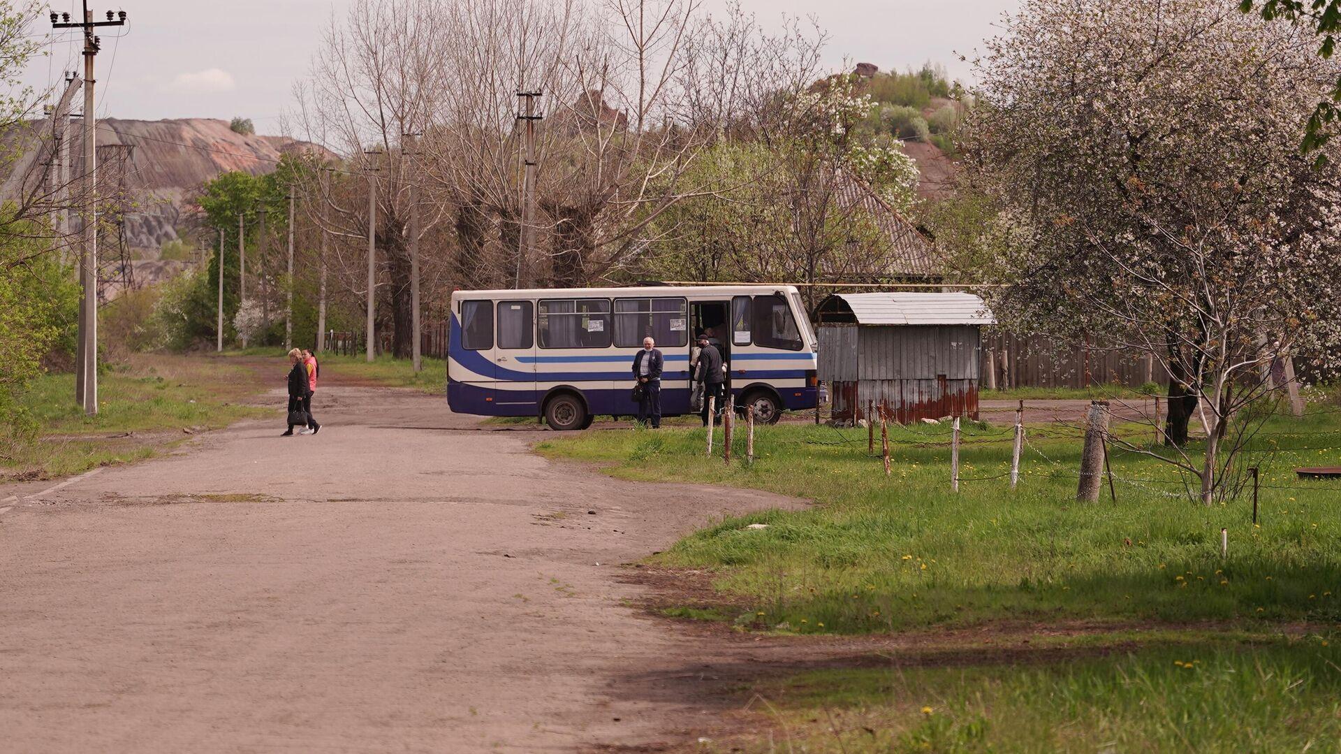 Прибытие рейсового автобуса в населенном пункте Золотое Луганской Народной Республики - РИА Новости, 1920, 17.06.2021