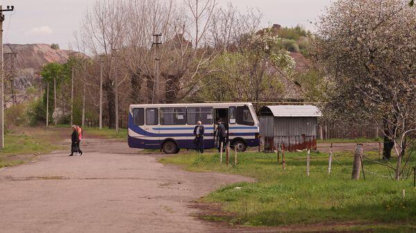 Прибытие рейсового автобуса в населенном пункте Золотое Луганской Народной Республики