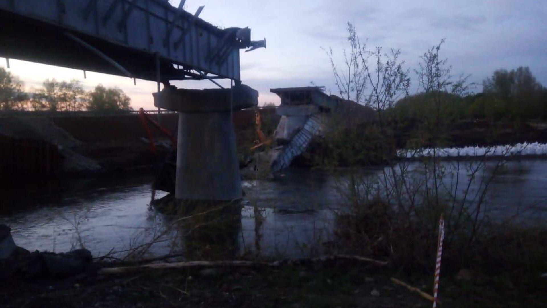 При проведении плановых ремонтных работ, произошло обрушение пролета моста через реку Салмыш в Оренбургской области - РИА Новости, 1920, 07.05.2021