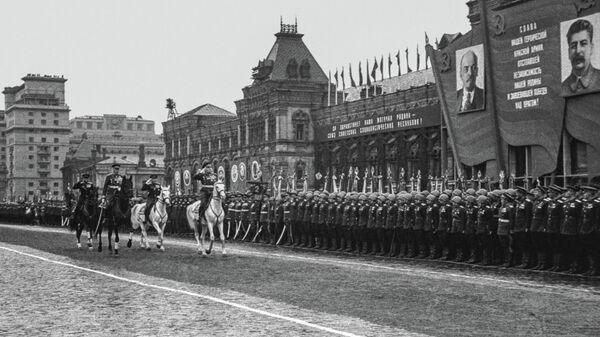Заместитель Верховного Главнокомандующего Маршал Советского Союза Г. К. Жуков принимает парад войск действующей армии в ознаменование победы над Германией в Великой Отечественной войне. 24 июня 1945 г. Фото М.А. Трахмана.