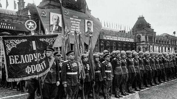 Сводный полк 1-го Белорусского фронта во время Парада Победы на Красной площади. 24 июня 1945 г. Фото Е.А. Халдея.
