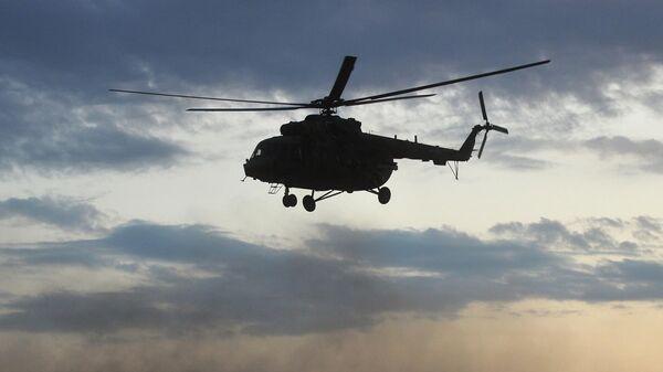 В Тюменской области вертолет вынужденно сел в болото
