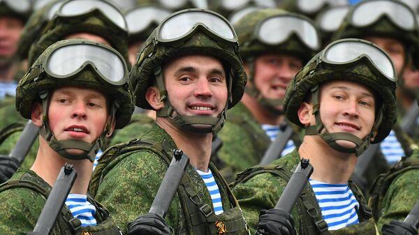 Военнослужащие воздушно-десантных войск на военном параде в честь 76-й годовщины Победы в Великой Отечественной войне в Москве
