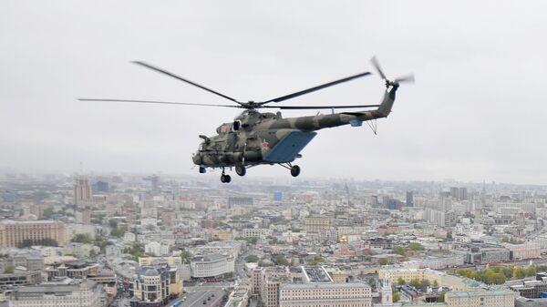 Многоцелевой вертолет Ми-8 во время воздушной части парада в честь 76-й годовщины Победы в Великой Отечественной войне в Москве