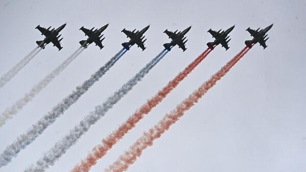 Самолеты-буксировщики мишеней Су-25БМ во время воздушной части парада в честь 76-й годовщины Победы в Великой Отечественной войне в Москве