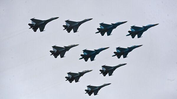Строй тактическое крыло из истребителей Су-30СМ, Су-35С и бомбардировщиков Су-34 во время воздушной части парада в честь 76-й годовщины Победы в Великой Отечественной войне в Москве