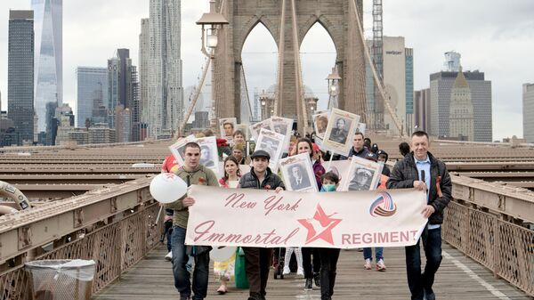 Участники акции Бессмертный полк в честь 76-й годовщины Победы в Великой Отечественной войне на Бруклинском мосту в Нью-Йорке. 8 мая 2021