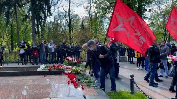 Возложение цветов к памятнику Ватутину в Киеве