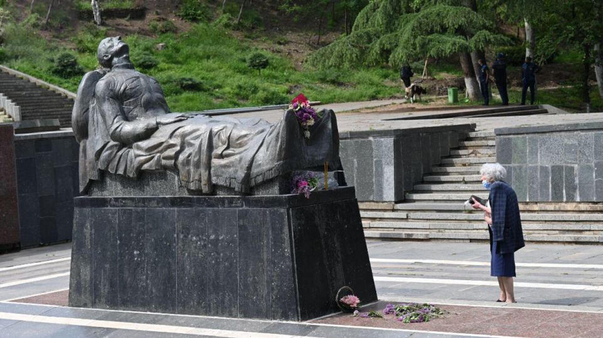 Могила Неизвестного солдата в парке Ваке в Тбилиси, Грузия. 9 мая 2021 - РИА Новости, 1920, 09.05.2021