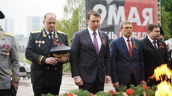 Глава города Алексей Копайгородский во время возложения цветов к Вечному Огню в Сочи