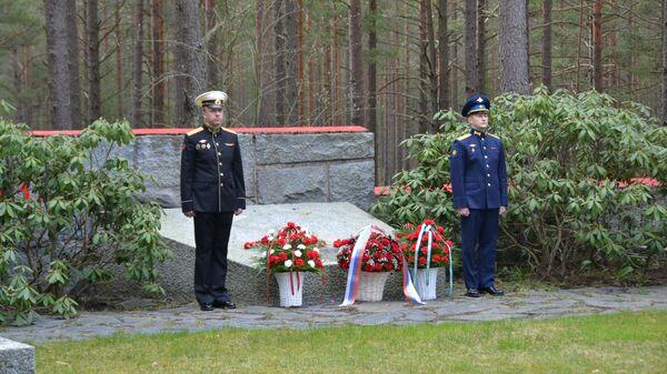 Торжественная церемония возложения цветов к монументу павшим советским воинам в Ханко, Финляндия
