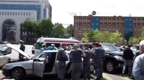 На месте ДТП с автомобилем из кортежа Никола Пашиняна в Ереване, Армения. Кадр из видео