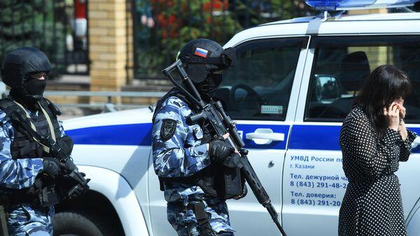 Сотрудники правоохранительных органов у школы в Казани
