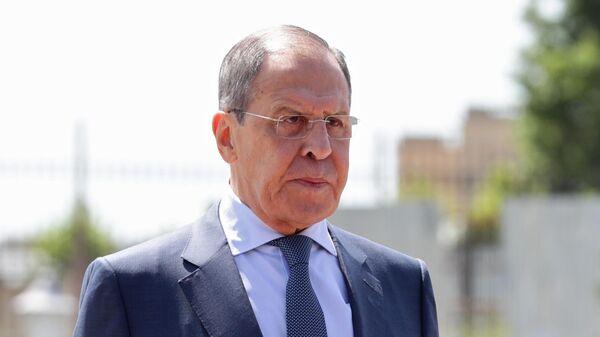 Министр иностранных дел РФ Сергей Лавров на церемонии возложение венка к Мемориалу воинской славы в Баку