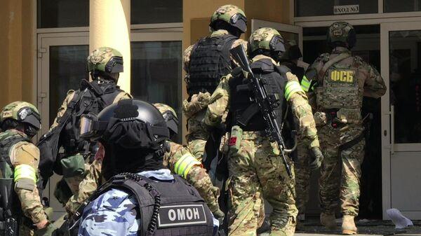 Сотрудники правоохранительных органов у школы в Казани, где произошла стрельба