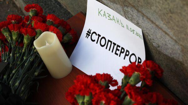 Цветы в память о жертвах трагедии в казанской школе у здания Полномочного представительства Республики Татарстан в Российской Федерации в Москве