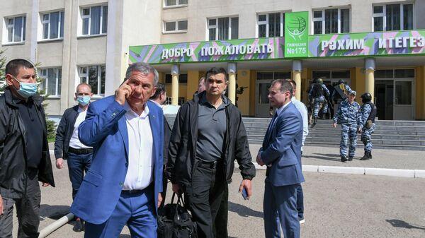 Президент Республики Татарстан Рустам Минниханов у школы в Казани, где произошла стрельба