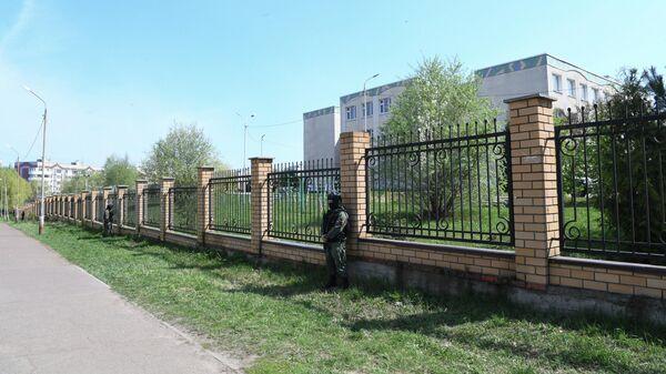Сотрудник правоохранительных органов у территории школы в Казани, где произошла стрельба