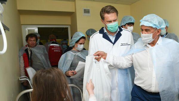 Президент Республики Татарстан Рустам Минниханов и министр здравоохранения РФ Михаил Мурашко во время посещения госпитализированных раненных при стрельбе в гимназии в казанской республиканской детской клинической больнице
