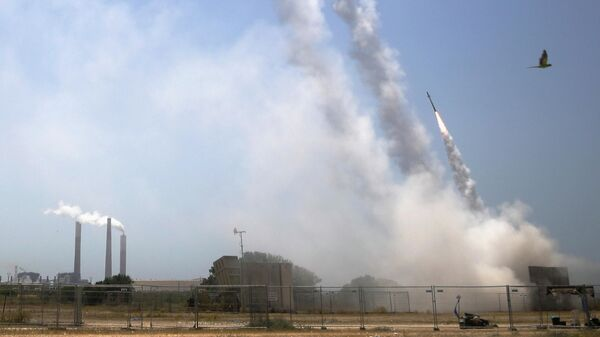 Израильская противоракетная система Железный купол ведет огонь для перехвата ракет, запущенных из сектора Газа, из Ашкелона на юге Израиля