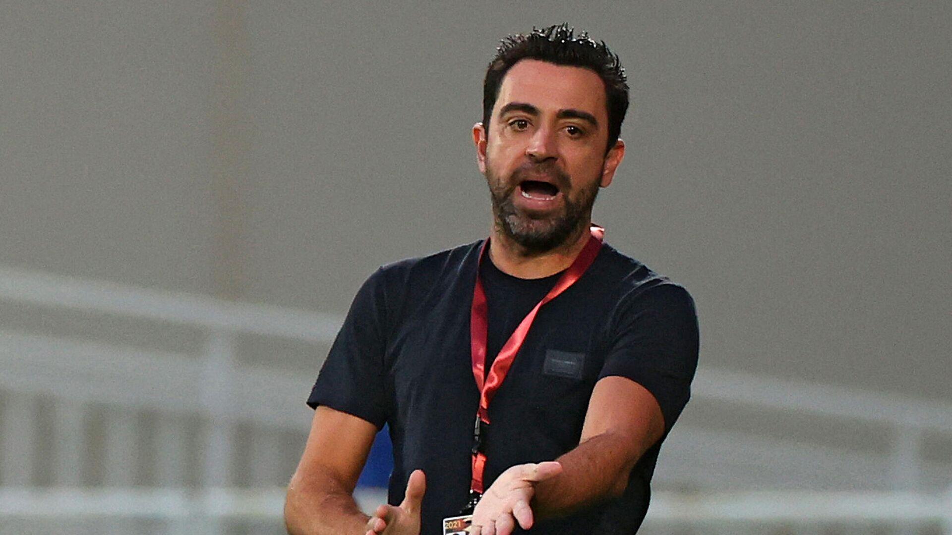 Sadd's coach Xavi Hernandez speaks to his player during the Qatar Cup semi-final football match between Al-Rayyan and Al-Sadd at the Abdullah bin Khalifa Stadium in the capital Doha on February 18, 2021. (Photo by KARIM JAAFAR / AFP) - РИА Новости, 1920, 13.05.2021