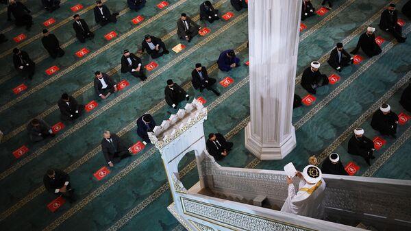 Верующие во время праздничной молитвы в честь Ураза-байрама в Москве