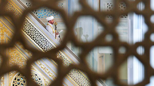 Председатель Совета муфтиев России, председатель Духовного управления мусульман Европейской части России муфтий Равиль Гайнутдин во время праздничной молитвы в честь Ураза-байрама в Москве