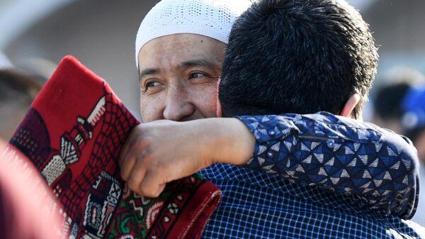 Верующие перед началом праздничной молитвы в честь Ураза-байрама возле мечети Кул Шариф в Казани