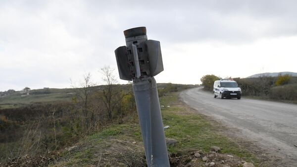 Неразорвавшийся снаряд на обочине дороги в Физули