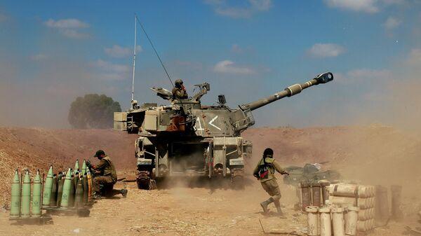 Израильские солдаты стреляют в направлении сектора Газа, 13 мая 2021 года