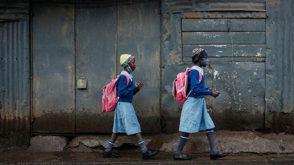 Ученицы идут в школу в трущобах Кибера, Найроби