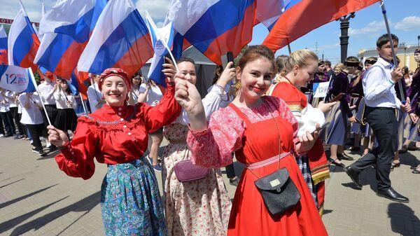 Девушки на праздновании Дня России в Челябинске