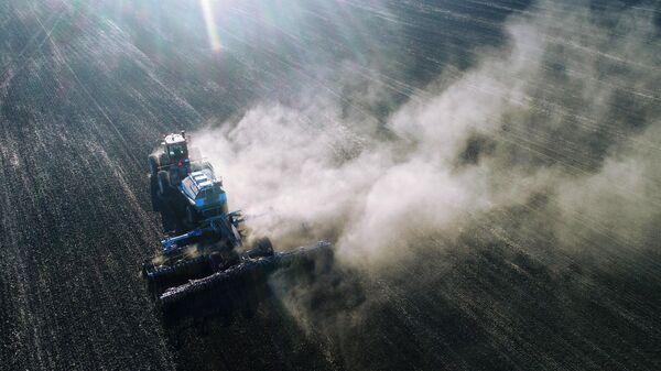 Посевной комплекс сеет пшеницу на полях крестьянского хозяйства Родник в Балахтинском районе Красноярского края