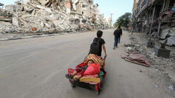 Палестинцы покидают свои дома во время израильских воздушных ударов