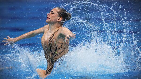 Олеся Платонова (Россия) выступает в паре с Александром Мальцевым с произвольной программой в соревнованиях по синхронному плаванию среди смешанных дуэтов на чемпионате Европы по водным видам спорта в Будапеште.